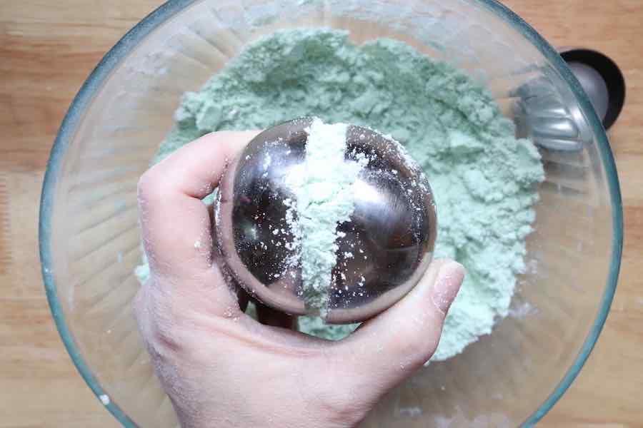 filling bath bomb molds